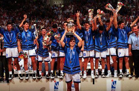 Η απονομή του τροπαίου του Μουντομπάσκετ 1995 Κ19 στην Ελλάδα. Ο αρχηγός Παναγιώτης Μπαρλάς υψώνει το κύπελλο στο κλειστό του ΟΑΚΑ, Μαρούσι, Σάββατο 22 Ιουλίου 1995