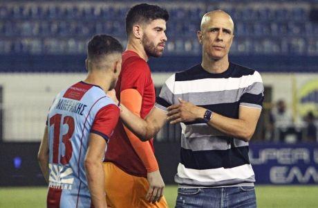 Ο Λεωνίδας Βόκολος παρηγορεί τον Λυμπεράκη μετά το 0-0 του Πανιωνίου με τον Ατρόμητο στο Περιστέρι, αν και δεν είναι βέβαιος ο υποβιβασμός στη Super League 2