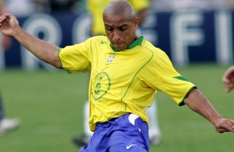 Ο Ρομπέρτο Κάρλος της Βραζιλίας σε προσπάθεια κόντρα στη Χιλή για τα προκριματικά του Παγκοσμίου Κυπέλλου 2006 στο 'Μανέ Γκαρίντσα' της Μπραζίλια, Κυριακή 4 Σεπτεμβρίου 2005