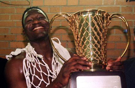 Ο Ντομινίκ Γουίλκινς του Παναθηναϊκού με το τρόπαιο του Κυπέλλου Πρωταθλητριών 1995-1996, ύστερα από τον τελικό με την Μπαρτσελόνα στο 'Μπερσί', Παρίσι, Πέμπτη 11 Απριλίου 1996