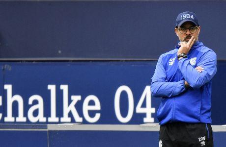 Ο Ντέιβιντ Βάγκνερ, προπονητής της Σάλκε, εμφανώς απογοητευμένος από την εικόνα της ομάδας του στο εντός έδρας 0-3 από την Άουγκσμπουργκ για την 27η αγωνιστική της Bundesliga. (AP Photo/Martin Meissner, Pool)
