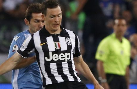 Juventus Stephan Lichsteiner, right, is challenged by Lazios Senad Lulic during the Italian Cup final soccer match between Juventus and Lazio, at Rome's Olympic stadium, Wednesday, May 20, 2015. (AP Photo/Riccardo De Luca)