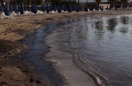 """Ρύπανση στην παραλία του Αγίου Κοσμά απο το ναυάγιο του πετρελαιοφόρου """"Αγία Ζώνη 2"""" που ρύπανε με πετρέλαιο τον Σαρωνικό και παραλίες της νοτιοδυτικ΄΄ης Αττικής την Παρασκευή 15 Σεπτεμβρίου 2017. (EUROKINISSI/ΓΙΑΝΝΗΣ ΠΑΝΑΓΟΠΟΥΛΟΣ)"""