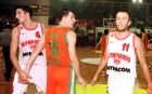 Ο Μίλαν Τόμιτς και ο Ντούσαν Βούκσεβιτς του Ολυμπιακού παρέα με τον Ουφούκ Σαρίτσα της Ουλκέρ