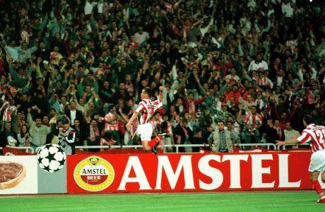 O Στέλιος Γιαννακόπουλος πανηγυρίζει με τα χρώματα του Ολυμπιακού την επίτευξη γκολ ενάντια στην Πόρτο, σε αγώνα για τους ομίλους του Τσάμπιονς Λιγκ 1997-98.