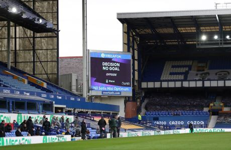 Ο ηλεκτρονικός πίνακας του 'Γκούντισον Παρκ' που δείχνει την απόφαση του VAR στην αναμέτρηση της Έβερτον μετ η Λίβερπουλ για την Premier League 2020-2021, Λίβερπουλ | Σάββατο 17 Οκτωβρίου 2020