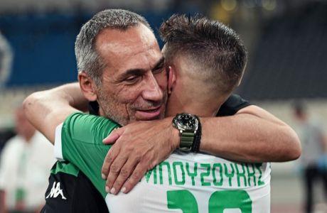 Ο Γιώργος Δώνης αγκαλιάζει τον Γιάννη Μπουζούκη. Ο πρώτος αποχωρεί από τον Παναθηναϊκό, ο δεύτερος συνεχίζει