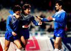 Στέφανος Μπορμπόκης, Νίκος Τσιαντάκης και Γιώτης Τσαλουχίδης πανηγυρίζουν το 1-0 της Εθνικής στο 3-2 επί των Πορτογάλων, τον Γενάρη του 1991