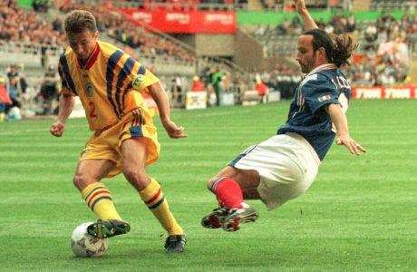 Ο Ερίκ ντι Μεκό της Γαλλίας σε στιγμιότυπο με τον Νταν Πετρέσκου της Ρουμανίας για τη φάση των ομίλων του Euro 1996 στο 'Σεντ Τζέιμς Παρκ', Νιούκαστλ, Δευτέρα 10 Ιουνίου 1996