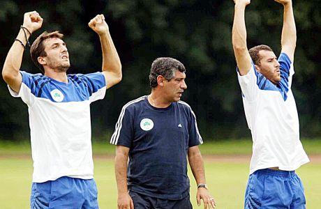 Ο προπονητής του Παναθηναϊκού, Φερνάντο Σάντος, με τους Σωτήρη Κυργιάκο και Γιάννη Γκούμα σε στιγμιότυπο της καλοκαιρινής προετοιμασίας για τη σεζόν 2002-2003, Βίλαχ, Αυστρία | Κυριακή 28 Ιουλίου 2002