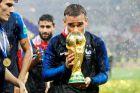 Ο Γκριεζμάν με το τρόπαιο του Παγκοσμίου Κυπέλλου (15/7/2018).