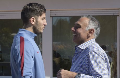 ROME, ITALY - MARCH 01:  AS Roma player Konstantinos Manolas greets AS Roma President James Pallotta before an AS Roma training session on March 1, 2016 in Rome, Italy.  (Photo by Luciano Rossi/AS Roma via Getty Images)