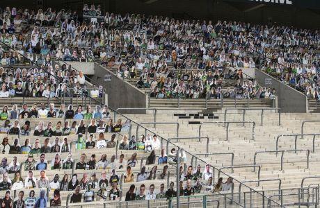 Οι φίλοι της Γκλάντμπαχ πλήρωσαν 19 ευρώ -που θα διατεθούν σε φιλανθρωπίες- για να έχουν ένα χάρτινο ομοίωμα τους στις εξέδρες του Borussia Park, στην αναμέτρηση με τη Λεβερκούζεν. (Marius Becker/dpa via AP)