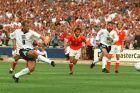Ο Άλαν Σίρερ της Αγγλίας σε στιγμιότυπο της αναμέτρησης με την Ολλανδία για τη φάση των ομίλων του Euro 1996 στο 'Γουέμπλεϊ', Λονδίνο, Τρίτη 18 Ιουνίου 1996