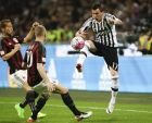 Juventus' Mario Mandzukic, right, challenges for the ball with AC Milan's Ignazio Abate, center and AC Milan's Keisuke Honda during a Serie A soccer match between AC Milan and Juventus, at the San Siro stadium in Milan, Italy, Saturday, April 9, 2016. (AP Photo/Luca Bruno)
