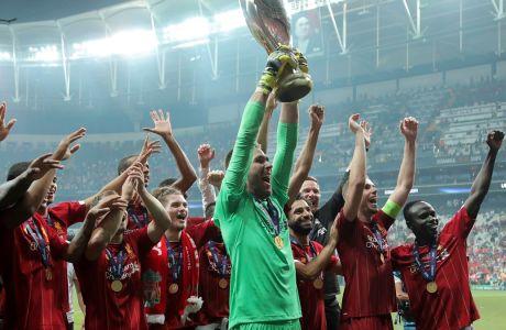 Ο Αντριάν της Λίβερπουλ σηκώνει το τρόπαιο του Super Cup Ευρώπης μετά από τη νίκη της ομάδας του στα πέναλτι εις βάρος της Τσέλσι στο 'Μπεσίκτας Παρκ' της Κωνσταντινούπολης, Τετάρτη 14 Αυγούστου 2019