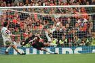 Ο Λοράν Μπλαν της Γαλλίας εκτελεί πέναλτι στον Έντβιν φαν ντερ Σαρ της Γαλλίας για τα προημιτελικά του Euro 1996 στο 'Άνφιλντ', Λίβερπουλ, Σάββατο 22 Ιουνίου 1996