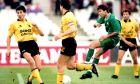 Ο Κώστας Φραντζέσκος του Παναθηναϊκού ανάμεσα από παίκτες της ΑΕΚ σε στιγμιότυπο από την αναμέτρηση για την Α' Εθνική 1992-1993 στο Ολυμπιακό Στάδιο, Κυριακή 22 Νοεμβρίου 1992