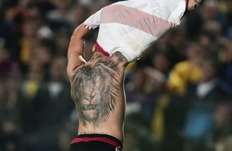 River Plate's Sebastian Driussi celebrates scoring his side's third goal against Boca Juniors during an Argentina soccer league match in Buenos Aires, Argentina, Sunday, May 14, 2017. (AP Photo/Victor R. Caivano)
