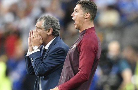 Ο Φερνάντο Σάντος και ο Κριστιάνο Ρονάλντο φωνάζουν οδηγίες από τον πάγκο της Πορτογαλίας, κατά τη διάρκεια του νικηφόρου τελικού του Euro 2016 με αντίπαλο τη Γαλλία στο 'Σταντ ντε Φρανς' του Παρισιού, Κυριακή 10 Ιουλίου 2016