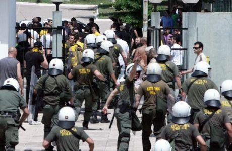 Επεισόδια σημειώθηκαν ανάμεσα σε οπαδούς του ΠΑΟΚ και της ΑΕΚ στο Χαλκιοπούλειο γήπεδο, στην Λαμία, Σάββατο 29 Μαΐου 2010, όπου επρόκειτο να διεξαχθεί ο αγώνας για το φάιναλ φορ του χάντμπολ ανάμεσα στις δύο ομάδες. Περισσότερα από 100 καθίσματα ξηλώθηκαν κι ένας αστυνομικός τραυματίστηκε σε ανταλλαγή φωτοβολίδων. (EUROKINISSI // ΣΥΝΕΡΓΑΤΗΣ)