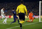 Barcelona's Lionel Messi, 2nd left, scores the opening goal past Chelsea goalkeeper Thibaut Courtois, right, during the Champions League round of sixteen second leg soccer match between FC Barcelona and Chelsea at the Camp Nou stadium in Barcelona, Spain, Wednesday, March 14, 2018. (AP Photo/Manu Fernandez)