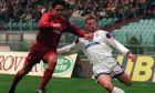 Ο Στέφαν Σβαρτς της Φιορεντίνα μονομαχεί με τον Μασιμιλιάνο Καπιόλι της Ρόμα, σε αγώνα για το ιταλικό πρωτάθλημα της σεζόν 1996-1997