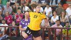 Η Λαμπρίνα Τσάκαλου της Νέας Ιωνίας σε προσπάθεια κόντρα στην Ορμή, στον τελικό της Α1 χάντμπολ γυναικών 2014-2015 στο κλειστό του Παμπελοποννησιακού Σταδίου, Τετάρτη 20 Μαΐου 2015