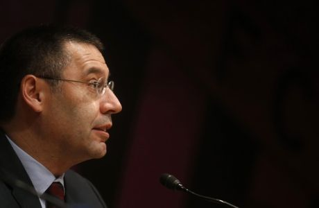 Barcelona vice-president Josep Maria Bartomeu attends a news conference where president Sandro Rosell announced his resignation, at Camp Nou stadium in Barcelona January 23, 2014. Rosell said on Thursday he had resigned in the aftermath of a Spanish court's decision to investigate last year's signing of Brazil forward Neymar. REUTERS/Albert Gea (SPAIN - Tags: SPORT SOCCER)