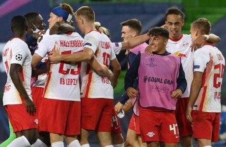 Οι παίκτες της Λειψίας πανηγυρίζουν τη νίκη (2-1) επί της Ατλέτικο και την πρόκριση τους στα ημιτελικά του Champions League 2019-2020. (Lluis Gene/Pool Photo via AP)