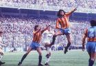 """Στιγμιότυπο από τον τελικό του Copa del Rey 1978/79 ανάμεσα στη Ρεάλ και τη Βαλένθια. Οι """"νυχτερίδες"""" κέρδισαν 2-0 με ισάριθμα γκολ του Κέμπες, ο οποίος διεκδικεί εδώ μια κεφαλιά (30/6/1979)."""