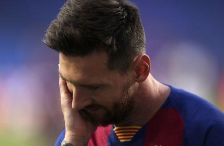 Ο Λιονέλ Μέσι αδυνατεί να πιστέψει την τροπή που πήρε για την Μπαρτσελόνα ο προημιτελικός με την Μπάγερν Μονάχου, για το Champions League 2019-2020, με τους Βαυαρούς να επικρατούν με το... αδιανόητο 8-2 στο 'Da Luz' της Λισσαβώνας στις 14 Αυγούστου 2020. (AP Photo/Manu Fernandez/Pool)