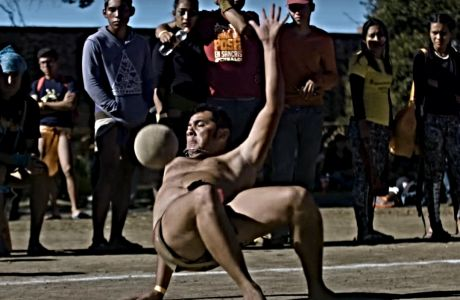 Στιγμιότυπο από αγώνα ulama μεταξύ νέων Μεξικάνων. Το Ulama αποτελεί παιχνίδι των αρχαίων Αζτέκων που αναβιώνει στο Σήμερα.