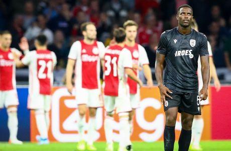Ο απογοητευμένος Φερνάντο Βαρέλα του ΠΑΟΚ με τους παίκτες του Άγιαξ να πανηγυρίζουν πίσω του ένα γκολ στη μεταξύ τους αναμέτρηση, στο 2ο παιχνίδι του 3ου προκριματικού γύρου του Champions League 2019-2020 στη 'Γιόχαν Κρόιφ Αρένα', Άμστερνταμ, Τρίτη 13 Αυγούστου 2019