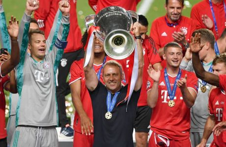 Fussball Champions League/ Finale/ Paris St. Germain - Bayern Muenchen 0-1 Hans Dieter Flick Hansi ,Trainer Bayern Muenchen mit Cup,Pokal,Trophaee,trophy,Siegerung. Teamfoto,Team,Mannschaft,Mannschaftsfoto. Fussball Champions League, Finale, Paris St. Germain PSG-FC Bayern Muenchen M 0-1 am 23.08.2020 im Estadio da Luz in Lissabon/ Portugal. FOTO: Frank Hoermann/ SVEN SIMON/ Pool NO use of any use photographs as image sequences and/or quasi-video Editorial Use ONLY National and International News Agencies OUT Lissabon Estadio da Luz Portugal *** Soccer Champions League Final Paris St Germain Bayern Muenchen 0 1 Hans Dieter Flick Hansi ,Coach Bayern Muenchen with Cup,Trophy,Trophy,Trophy,Team Photo,Team,Team Photo Soccer Champions League, Final, Paris St Germain PSG FC Bayern Muenchen M 0 1 on 23 08 2020 at Estadio da Luz in Lisbon Portugal PHOTO Frank Hoermann SVEN SIMON Pool NO use of any use photographs as image sequences and or quasi video Editorial Use ONLY National and International News Agencies OUT Lisbon Estadio da Luz Portugal Poolfoto SVEN SIMON/ Frank Hoermann/ Pool ,EDITORIAL USE ONLY