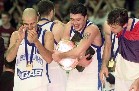 Οι Σάσα Τζόρτζεβιτς, Πρέντραγκ Ντανίλοβιτς και Ζέλικο Ρέμπρατσα κατά την απονομή του χρυσού μεταλλίου στη Γιουγκοσλαβία, έπειτα από τον τελικό με την Ιταλία στο Ευρωμπάσκετ 1997 στο 'Παλάου Σαν Ζορντί', Βαρκελώνη, Τετάρτη 2 Ιουλίου 1997