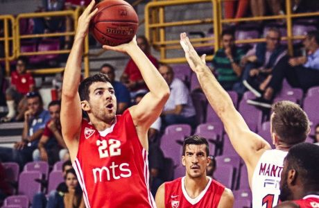 Ο Τέιλορ Ρότσεστι ως παίκτης του Ερυθρού Αστέρα και αντίπαλος του Ολυμπιακού