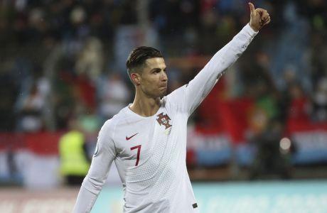 Ο Κριστιάνο Ρονάλντο προέτρεψε τους συμπαίκτες του στην εθνική Πορτογαλίας να δωρίσουν όλοι μαζί το 50% από το πριμ πρόκρισης στο Euro 2020, προκειμένου να συγκεντρωθεί ένα ποσό που θα διατεθεί για τις ομάδες χαμηλότερων κατηγοριών της χώρας, οι οποίες αντιμετωπίζουν σοβαρό πρόβλημα ελέω της πανδημίας. (AP Photo/Francisco Seco)
