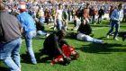 Η τραγωδία του Χίλσμπορο στις 15 Απριλίου του 1989. Αστυνομία, προσωπικό ασφαλείας και οπαδοί προσπαθούν να δώσουν τις πρώτες βοήθειες στους τραυματίες. 96 φίλοι της Λίβερπουλ έχασαν την ζωή τους στο τραγικό αυτό συμβάν. (AP Photo, File)