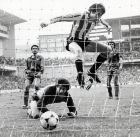 """Ο Σαράμπια σκοράρει εναντίον της Μπαρτσελόνα στο """"Σαν Μαμές"""" στη Λίγκα του 1982/83. Πεσμένος ο Ουρούτι και πίσω οι Χούλιο Αλμπέρτο και Αλεσάνκο."""
