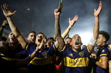 Ο Κάρλος Τέβες της Μπόκα πανηγυρίζει με συμπαίκτες του σε αγώνα κόντρα στη Χιμνάσια λα Πλάτα για τη Superliga 2019-2020 στο 'Μπομπονέρα', Μπουένος Άιρες, Σάββατο 7 Μαρτίου 2020
