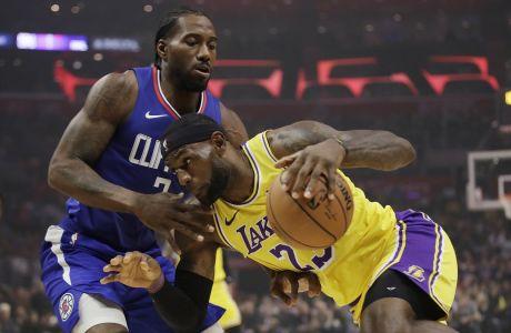 Ο Λεμπρόν Τζέιμς των Λέικερς μονομαχεί με τον Καγουάι Λέοναρντ των Κλίπερς σε αναμέτρηση για το NBA 2019-2020, 'Στέιπλς Σέντερ', Λος Άντζελες, Τρίτη 22 Οκτωβρίου 2019