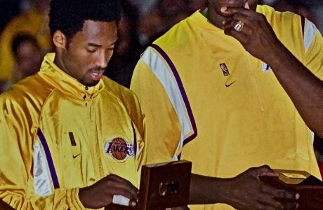 O Kόμπι Μπράιαντ, την ημέρα που έλαβε στα χέρια του το δαχτυλίδι του πρωταθλητή για το 2000 (1/11/2000).