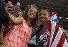 Η Άλισον Φίλιξ με τη θαυμάστριά της στο Λονδίνο και στο Παγκόσμιο Πρωτάθλημα στίβου το 2017, μετά το χρυσό μετάλλιο στα 4Χ400μ.