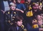 Στιγμιότυπο από την ταινία 'Χούλιγκανς: Κάτω τα Χέρια από τα Νειάτα'. Αεκτζής φανατισμένος αγκαλιάζει τον θυμωμένο Γιάννη Μπέζο