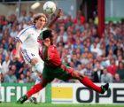 Η στιγμή που ο Πομπόρσκι με λόμπα σκοράρει το μοναδικό γκολ στον προημιτελικό του Euro 1996, ανάμεσα σε Τσεχία και Πορτογαλία, στο 'Villa Park' του Μπέρμιγχαμ. Κυριακή, 23 Ιουνίου 1996. (AP Photo / David Jones)
