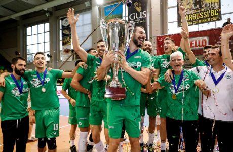 Οι παίκτες του Παναθηναϊκού κατά την απονομή του τίτλου του πρωταθλητή για τη Volleyleague 2019-2020, έπειτα από τη νίκη τους επί του Ολυμπιακού στον 2ο τελικό στο κλειστό του 'Αγίου Θωμά' | Κυριακή 12 Ιουλίου 2020