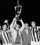 Με τον Λάκη Πετρόπουλο και τους Νίκο Γιούτσο (αριστερά) και Βασίλη Σιώκο (δεξιά) πανηγυρίζουν έναν από τους τίτλους της 'χρυσής' ομάδας του Νικου Γουλανδρή