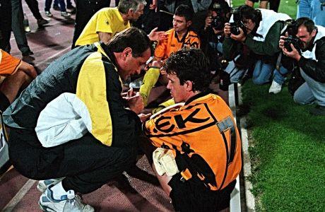 Ο Ντούσαν Μπάγεβιτς με τον Δημήτρη Σαραβάκο στον τελικό Κυπέλλου μεταξύ ΑΕΚ και Παναθηναϊκού τη σεζόν 1994-95