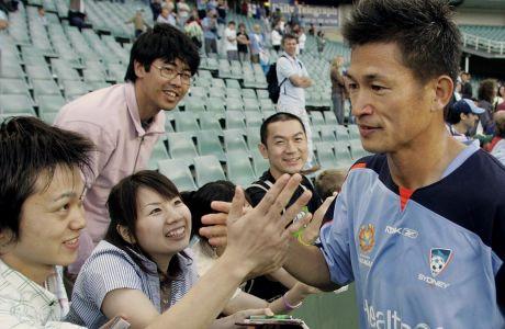 Ο Καζουγιόσι Μιούρα χαιρετάει φιλάθλους της Sydney FC, στις 13 Νομεβρίου 2005. (AP Photo/Mark Baker)